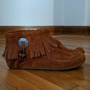 Minnetonka Mocassins Concho Feather Boot